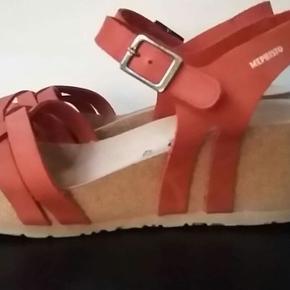 Skønne mephisto sandaler med kilehæl str 42. Stort set ikke brugt. Velholdt.  Pris er 400 plus porto.