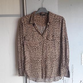 Super fed leo skjorte str. M fra Soaked in luxery. Brystmål ca 51 x 2 cm Længde ca. 66 cm. Lidt længere bagpå.  Handler helst via mobilpay Bytter ikke