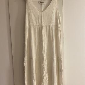 Hvid/guldtråd kjole fra And Less ☺️ Aldrig brugt
