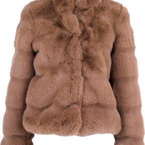 Ikke brugt og har prismærke på.   Fin, elegant kort faux fur pels jakke i smuk brun farve fra Neo Noir. Jakken lukkes med fem skjulte trykknapper, er i lækker blød kvalitet med høj krave og to sidelommer.