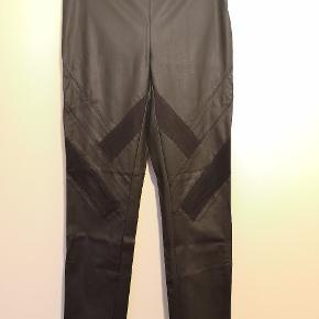 Fede læderlook bukser fra Only. Kun prøvet på men aldrig brugt. Lynlås i siden. Materiale: PU