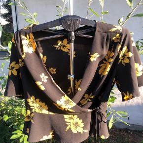 Flot sort slå om top med gule blomster Fra Miss Selfridge str 42 Byd gerne