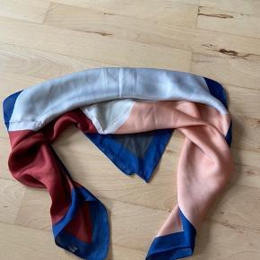 Kan både bruges som tørklæde og som hårbånd.
