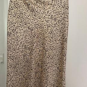Neo noir nederdel i satin stof  Størrelse M.