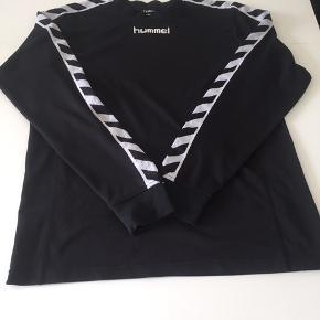 Klassisk, sort, langærmet herre trænings-/fodboldtrøje.