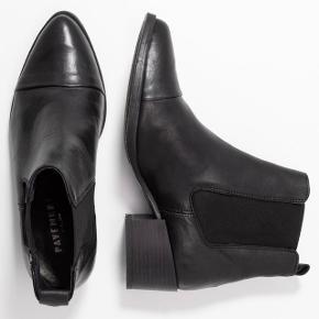 Klassisk sort læder støvle fra Pavement. Støvlen har et enkelt look med elastik i siden, der gør det nemt at komme både i og af skoen.  Støvlen kan bruges til alt i garderoben, og er helt NY og ALDRIG BRUGT!     - Størrelsessvarende  - Skridsikker bund  - Elastik i siderne  - Blokhæl måler 5cm