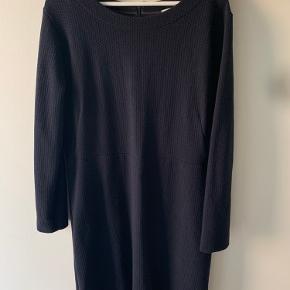 Enkel og elegant kjole fra Noa Noa i mørkeblå. Rigtig god stand. Brugt meget få gange.   Ønskes billeder, hvor den er prøvet på, så send en besked :)