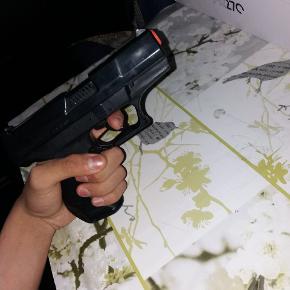 Sælger denne plastik pistol, som giver en høj lyd, når aftrækkeren bliver sat i bunds. Den er god til små drenge, som gerne vil lege eller hyg sig med vennerne.