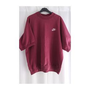 Kortærmede bordeaux sweatshirt fra Nike. Fejler intet. Lille i størrelsen.  Ca. Mål: Længde - 70cm Brede - 65cm  Køber betaler fragt (DAO) 35,95kr