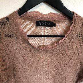 Den er så fin med fx en skjorte under. Farven støvet gammelrosa.  50 % mohair uld.