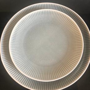 Middags tallerkner og frokost tallerkner i grå fra Chic Antique sælges, har 6 stk af hver, størrelserne er henholdsvis 25Ø og 20Ø. Keramik intet skår el slid, farver kan variere på tallerknerne.  Np var 139kr og 99kr stk, sælges helst samlet 500kr i alt