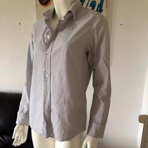 Fin stribet skjorte fra Diesel. Brugt få gange, fejler intet.  Størrelsen er italiensk xl, svarende til large i dansk størrelse. da den er kropsyet i facon. Se mål: Længde: 64 cm.  Brystvidde 98 cm.  Byttes ikke.
