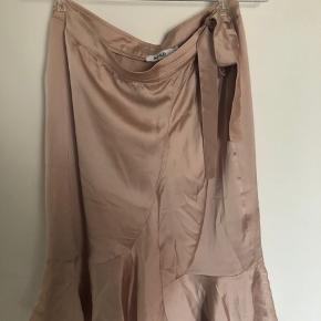Fin nederdel i silkelignende stof, kun brugt på billedet. Passer også en 38