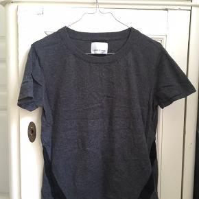 T-shirt i rigtig fin stand og med flot detalje på ryggen. Sælges billigt, da jeg ikke rigtig får dem brugt. Modellen hedder Utica Tee :-)  Befinder sig ved Vesterbro Torv (Århus), men sender også gerne med DAO på købers regning 📦📬