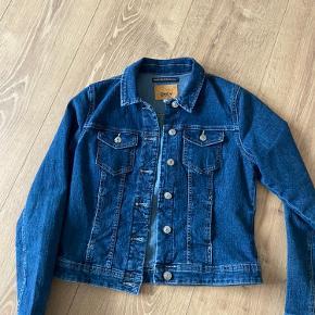 Blå Denim jakke fra ONLY, den er kun brugt 2-3 gange. Byd gerne.