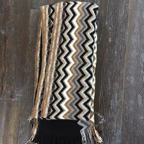 Multicolor black, white, gold, silver,grey scarf 30% Lana wool 30% acrylic  30% viscose  5% polyester  5% polyamid Made in Italy