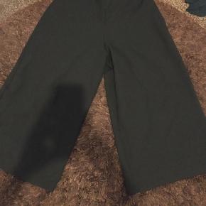 Korte bukser i strech.  Bukse længde 73cm.