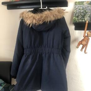 Varm og god jakke fra Modström. Har ingen skader, men har været brugt i 2-3 år, hvilket godt kan ses på stoffet. Men pelskraven er stadig fin og intakt.   📯Sender gerne på købers regning📯
