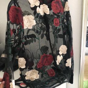 Fineste Ganni bluse med broderede blomster på transparent stof Se også mine andre annoncer 🌼