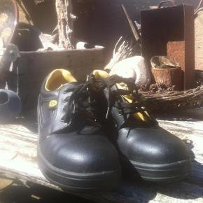 Brand: Eso Varetype: sko slidstærk sikkerhedssko. Farve: Sort. Eso slidstærk robust flot og tidløs sikkerhedssko, brugt få gange, stort set ingen slid. Se foto. 100kr.