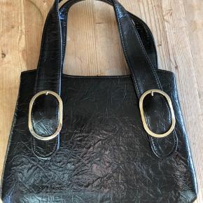Fin vintage taske. Længde ca 29 cm Højde ca 22 cm Få små blå mærker på tasken fortil, tror ikke engang, at det kan ses på billedet. Fremstår ellers i rigtig god stand.