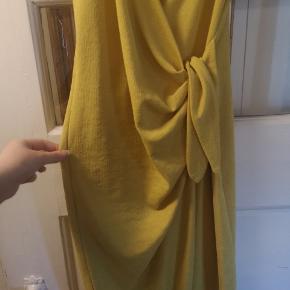 Gul kjole sælges. Farven er som det første billede. Meget smuk på, dog lidt gennemsigtig