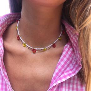Perle choker halskæde Hvid med små røde chili perler  💮 Prisen er fast og inkl Porto