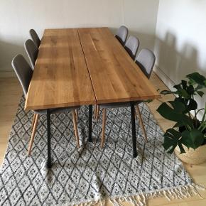 Smukt egetræs plankebord med målene 200x93, kan afhentes i Odense N  😊