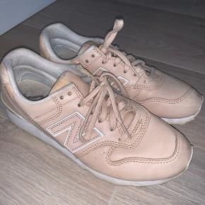 New balance Sneakers i en smuk nude farve Sælges, da de desværre er lidt for store i størrelsen til mig. Synes de er lidt store i størrelsen. Så ville passe perfekt til en der bruger str. 38.