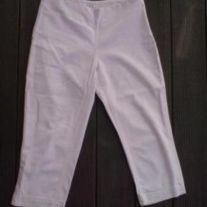 Varetype: rosa farvede 3/4 buks capri sommer bukser lynlås i siden Farve: lyserød  3/4 bukser med lynlås i siden.  60% viskose 40% bomuld  livvidde 2 x 40 cm. indvendig benlængde 55 cm  Brugt og vasket 1 gang.  Porto er sendt som forsikret pakke med Dao, med mindre andet aftales.