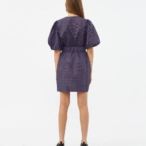 Sælger denne smukke kjole fra Ganni da jeg dsv ikke får den brugt nok, hvilket er trist:((  Den er brugt ganske få gange og er i perfekt stand! Passer xs-m.