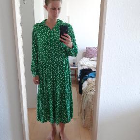 Lækker luftig kjole, som jeg ikke bruger. Som ny