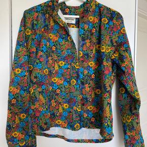 Super fin jakke fra Mads Nørgaard, som kun er brugt få gange. Kan både bruges som jakke når det er varmere og skjorte i efterår/vintertiderne