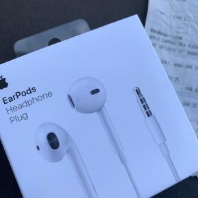 Har købt de forkerte EarPods til iPhone i Power. Kan ikke få pengene tilbage, da der er gået for lang tid. Sælger derfor disse splinternye EarPods. Bon medfølger
