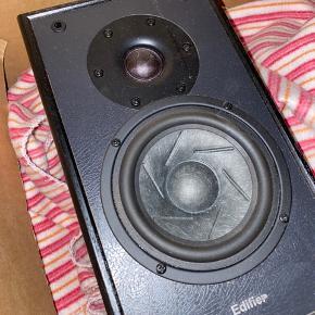 Sælger disse fede stereo højtalere da jeg simpelthen ikke får dem brugt længere. Der er volumejustering og Bass niveau justering bag på, samt 2 indgange.  De spiller som de skal. Jackstik medfølger.😊 Kan afhentes i Holbæk.