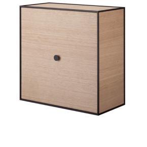 Helt ny aldrig brugt stadig i kasse. Nypris 2700kr sælges for 2100kr   Frame er en fleksibel reol af kubistiske bokse fra By Lassen. Frame kasserne kan hænges direkte på væggen, kobles sammen, stables og stå frit på gulvet. I 1943 skabte Mogens Lassen Frame som kan kombineres til en klassisk reol eller en unik skulptur.   Frame er en fantastisk opbevaringsløsning, med sans for gode detaljer, funktion og kvalitet.  Prisen er pr. stk - sammensæt din egen reol.  Låget på Frame kan tages helt af eller sættes på som en låge. Denne frame er med låge og uden hylde. Hylden kan tilkøbes. Frame 49 er dog allerede med 1 hylde.  Farver: Eg, dark grey, light grey og sortbejdset ask  Mål:   Frame 28 - 28x28x28 cm  Frame 35 - 35x35x35 cm  Frame 42 - 21x42x42 cm  Frame 49 - 49x49x42 cm