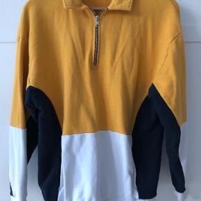 Varetype: Sweatshirt Størrelse: XS/S Farve: Gul Oprindelig købspris: 299 kr.  Trøje med lynlås