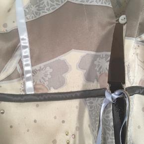 Smukkeste jakke/cardigan i cremeblød silke. Med enkelte små similisted strøet på silken. Rå silkekanter.  Douce jordfarvet og sart lyseblå bånd Kun brugt en gang. Helt som ny. Kan bruges til både rå jeans og feminin kjole.