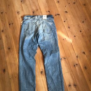 """Super fede """"relaxed skinny"""" jeans i str. 26. BYD gerne - de er helt nye med prismærke.  Ps. Køber betaler fragt."""
