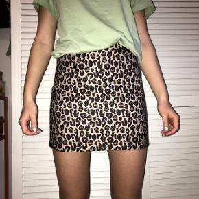 Fed leopard nederdel fra H&M i flot tæt fit. Perfekt til sommer! Byd endelig :D