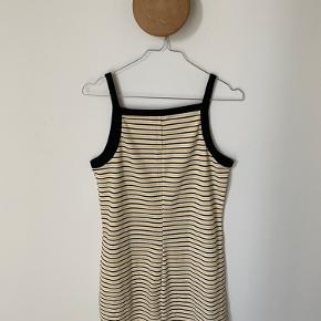 Kjolen er lige til en varm sommerdag og er rigtig lækker at have på. Kjolen får man rigtig god krops figur i den😍
