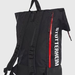 En lækker vandafvisende Stutterheim rygsæk.  Kan praktisk åbnes i siden, hvilket giver gode muligheder for brug af rygsækken.  Har ligeledes vandtætte  lynelåse og kliksystem i toppen.