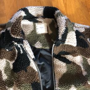 Flot armygrøn jakke i fleece fra Minimum str. S sælges.