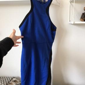 Smuk blå kjole str xs. Aldrig brugt  Afhentes i Glostrup eller sendes 📦 Se flere ting på min profil - følg gerne 🌼🐝