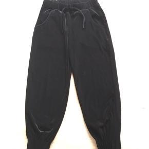 Flotte velour bukser med elastik i talje og i ben.  Vasket én gang men ej brugt!   Kan sendes med Dao.