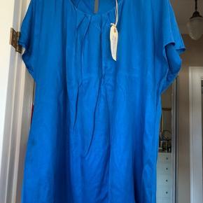 Viscose og silke. Smuk bluse i blødeste dybblå farve. Brugt 1-2 gange. Fra det engelske mærke Boden. BM ca 2x 68 cm