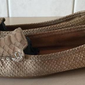 Varetype: Flats Farve: Se billede Oprindelig købspris: 1499 kr. Prisen angivet er inklusiv forsendelse.  Flotte loafers fra Apair, brugte men stadig rigtig fine.