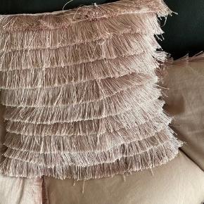 Super fine pudebetræk fra H&M med frynser (4 stks)  Sendes med DAO eller afhentes Puderne følger ikke med🌸