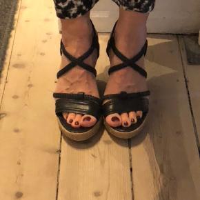 Lækre sandaler med lidt plateau fra italienske Bruno Premi. Ikke brugt så meget, stadig i god stand.
