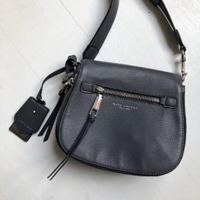 """Fin taske fra Marc Jacobs - købt i New York. Modellen hedder """"Recruit Nomad Saddle"""" og koster 3700kr i butikken. Den har lidt små brugsspor men ellers i fin og flot stand."""
